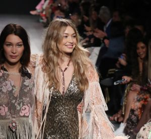 Bella Hadid vole au secours de sa soeur Gigi sur le podium de la Fashion Week