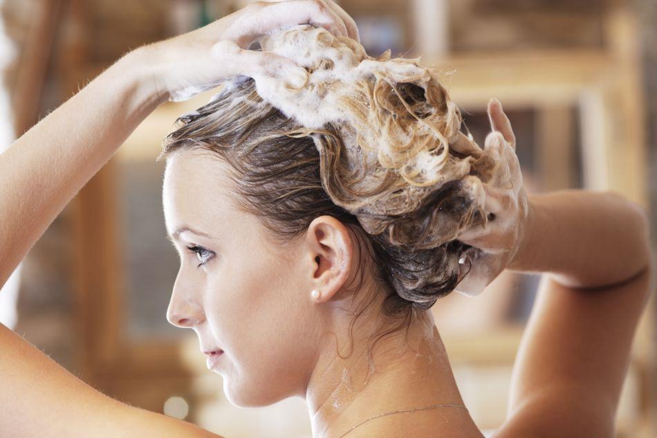 4 gestes simples et efficaces pour un shampoing réussi.