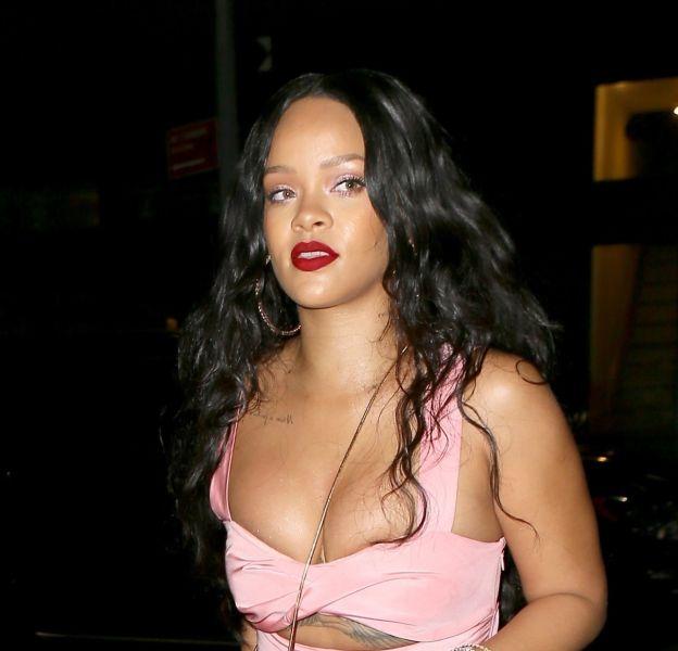 Le décolleté de Rihanna est à deux doigts de déborder à Brooklyn.