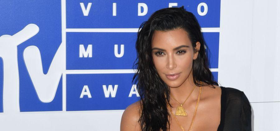 Kim Kardashian : elle rend un hommage très sexy à Hugh Hefner