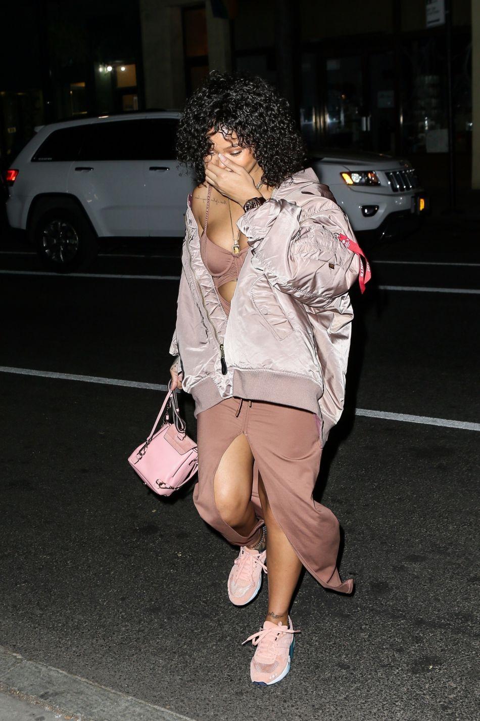 Rihanna affiche une chevelure bouclée proche de la coupe afro.