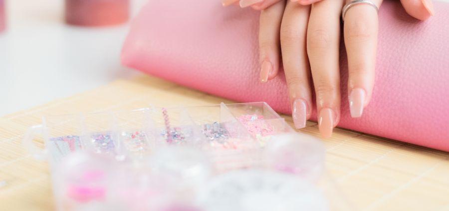 Faux ongles capsules : lesquels choisir et comment les poser ?
