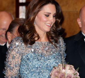 Kate Middleton affiche fièrement son baby bump dans une robe scintillante