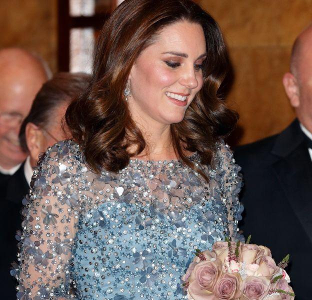 Kate Middleton dévoile son baby bump lors du Royal Variety Performance, à Londres.