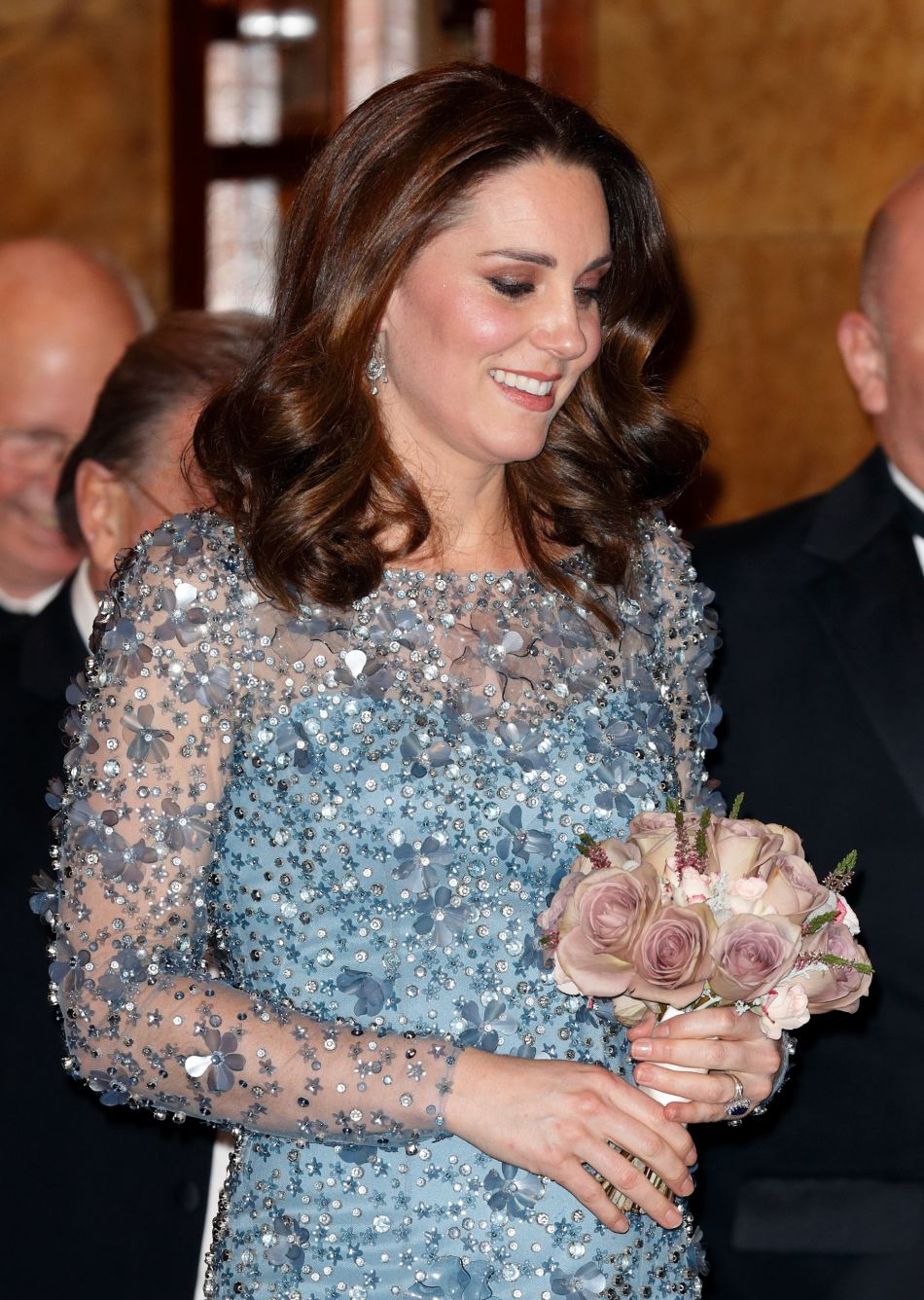 Kate Middleton dévoile son baby bump lors du Royal Variety Performance, à Londres.