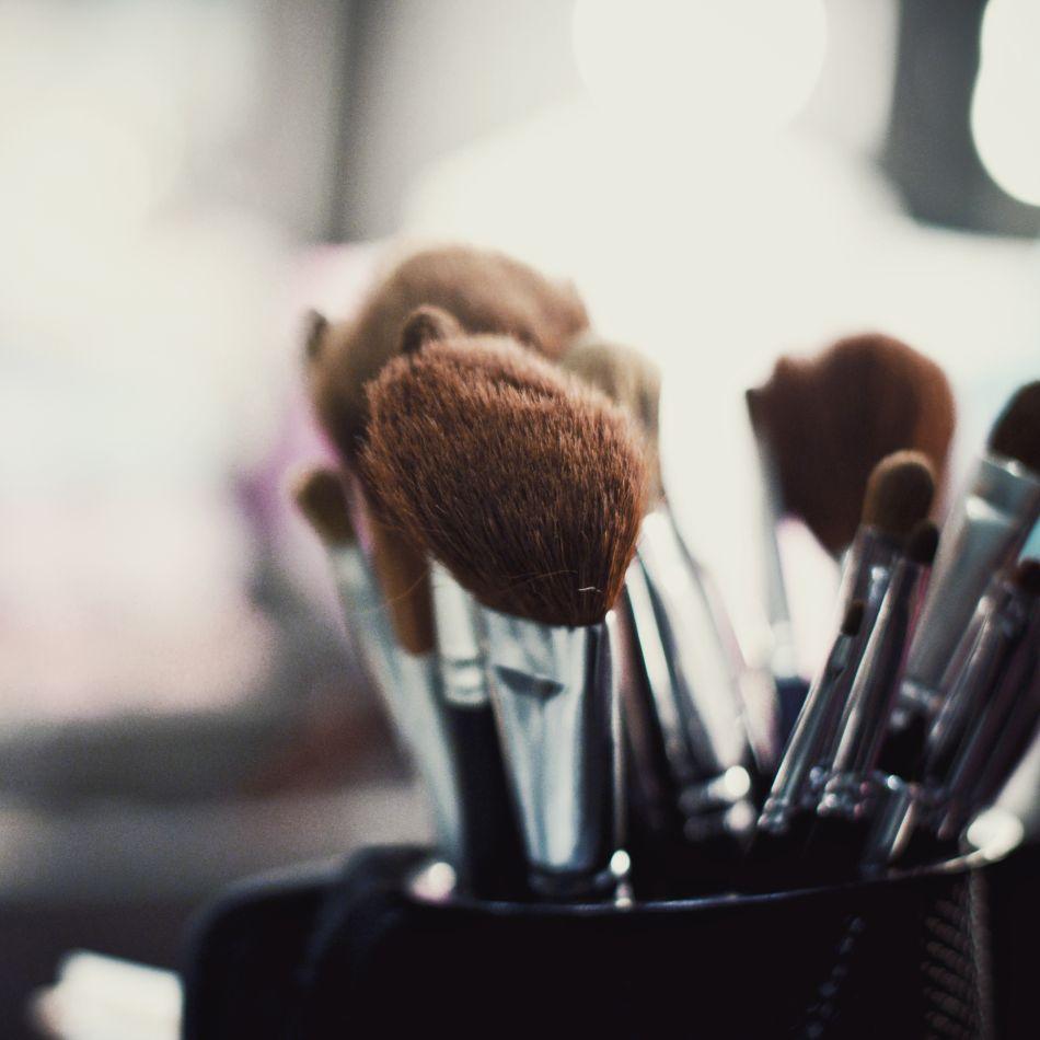 les meilleurs accessoires pour laver les pinceaux de maquillage. Black Bedroom Furniture Sets. Home Design Ideas