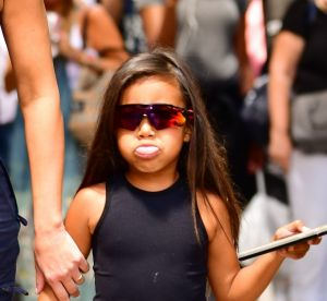 North West, fillette de 5 ans ou ado ? A voir son look, difficile à dire