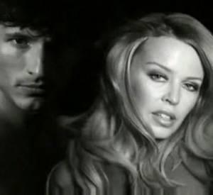 Inverse for Men, le spot publicitare : La belle australienne joue la sensualité auprès de son compagnon
