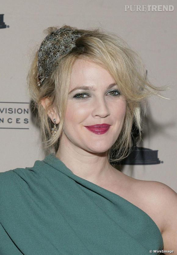 [people=2263] Drew Barrymore [/people]  porte le bandeau façon diadème, orné de plumes et bijoux et basculé sur le côté pour éviter le look princesse. Ses cheveux décoiffés et désordonnés confirment sa rock attitude.