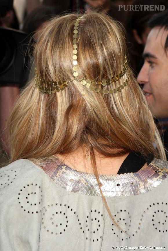 Nicole Richie porte son bandeau comme un diadème, cerclé tout autour de sa chevelure dorée.