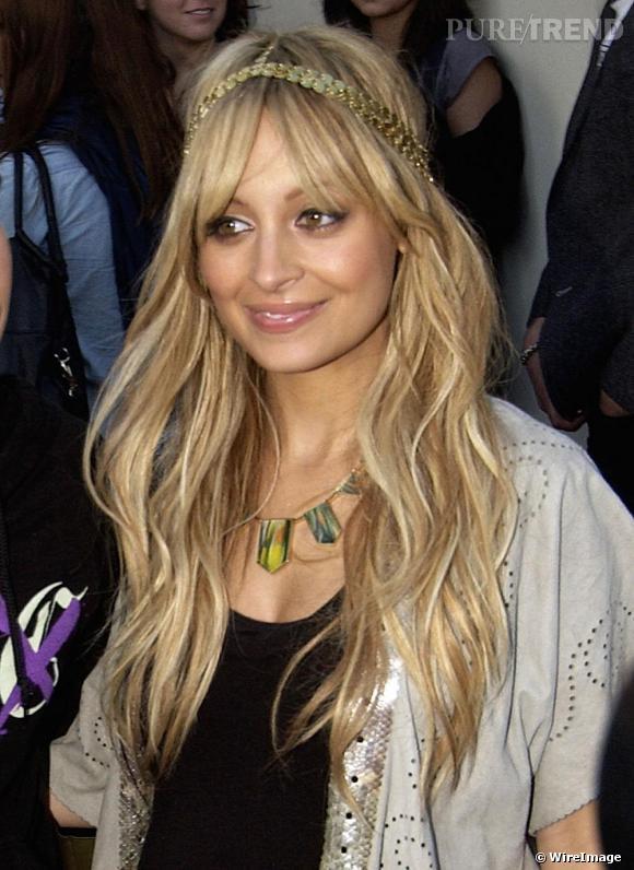 """[people=2351]Nicole Richie[/people], la reine du bandeau, arbore ici son dernier coup de coeur: un """"hairband"""" en sequin doré. Un accessoire blond sur blond, qui donne un look très princesse."""