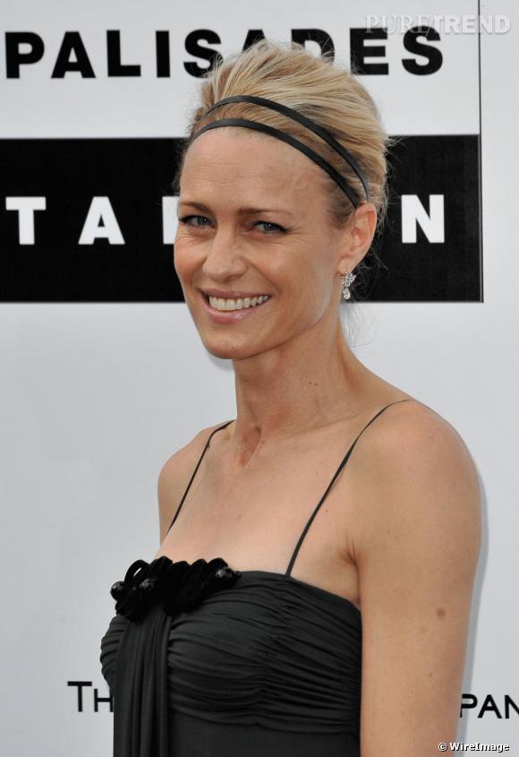 Même look classique pour l'actrice Robin Wright Penn qui cercle ses cheveux blonds en chignon d'un bandeau à double rangs. Chic et discret à souhait comme à son habitude.