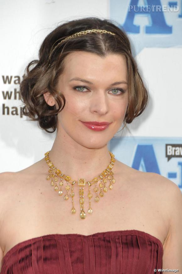 [people=2134] Milla Jovovich [/people]  assortit son bandeau en chaine dorée à son collier collerette. Pour un style très bijou.