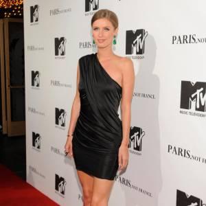 Nicky Hilton adopte une robe noire et drapée, signée Alexander Wang.