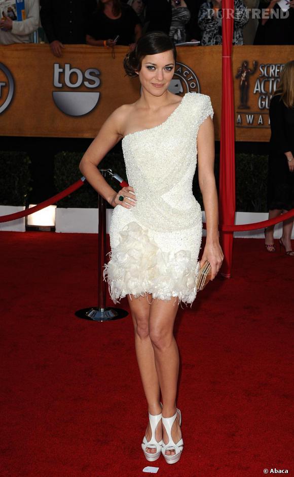 Marion Cotillard divine dans cette mini-robe asymétrique sexy signée Elie Saab.