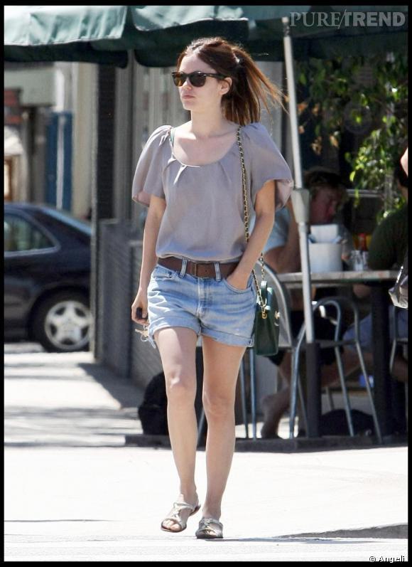 Casual mais chic pour [people=2345]Rachel Bilson [/people] qui opte ici pour un modèle en jean, porté avec une blouse à manches ballons plus girly.