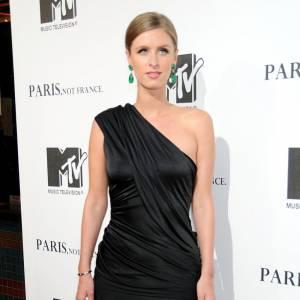 Avec une robe très chic, Nicky Hilton modernise sa tenue et lui donne une dimension plus mode avec les Ambro Pizzo.