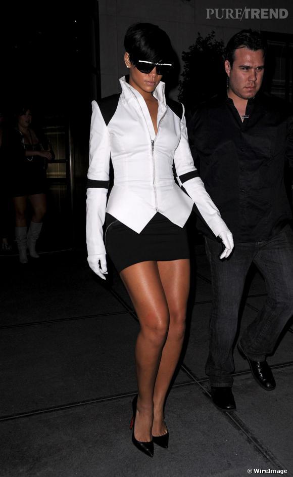 En   Gareth Pugh, Rihanna opte pour le modele Pigalle aux talons vertigineux.