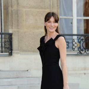 La Première dame de France choisit un modèle moins haut mais très féminin et élégant.