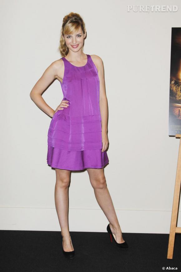 La jolie Louise Bourgoin finalise sa tenue par une paire de Louboutin discrète mais tellement élégante...