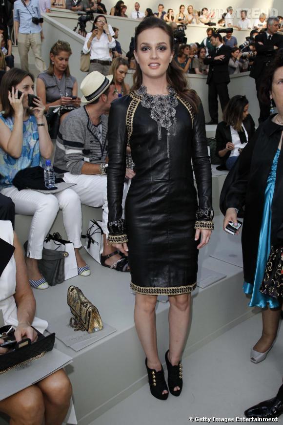 Donnant la touche finale à une allure ultra rock et couture, Leighton Meeston choisit une paire de bottine à bouton dorés, un modèle baptisé Loubout.