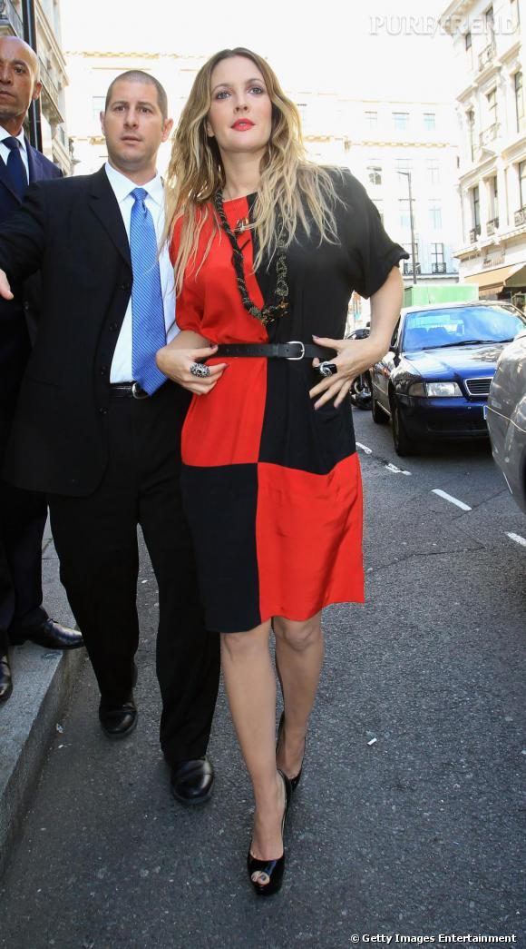 Pour aller avec sa tenue rouge et noire, Drew Barrymore adopte les Lady Peep en noir.