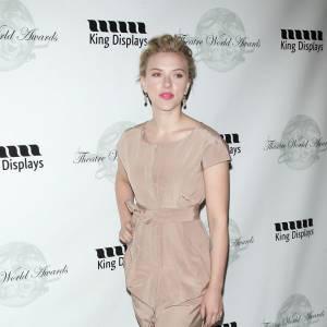 Tranchant radicalement avec son total look nude, Scarlett choisit une jolie paire noire.