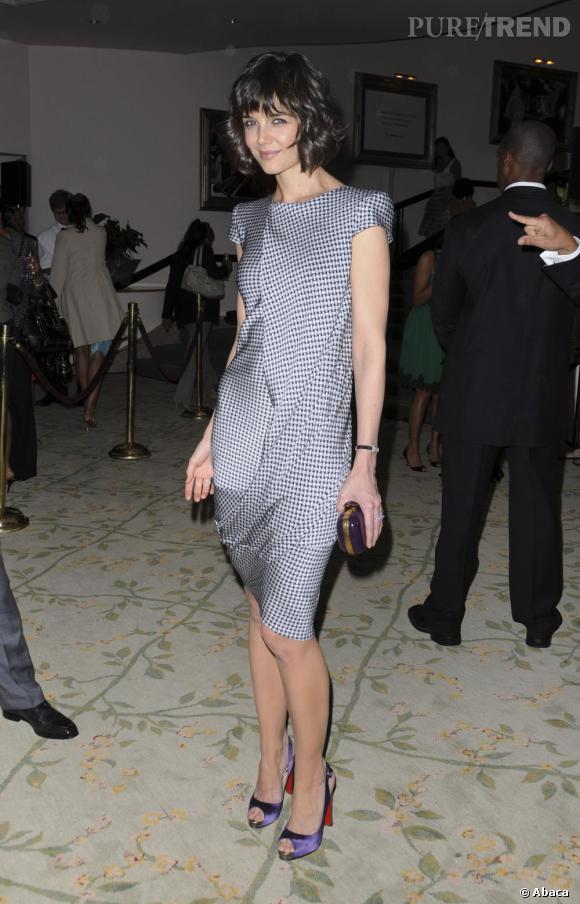 Katie Holmes pourtant discrète choisit un modèle satiné mauve pour égayer sa tenue.