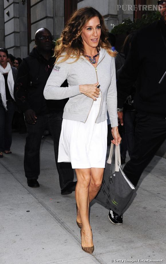Sarah Jessica Parker dans le rôle de Carrie Bradshaw donne ses lettres de noblesse à la marque. Elle porte ici des Pigalle dorées.