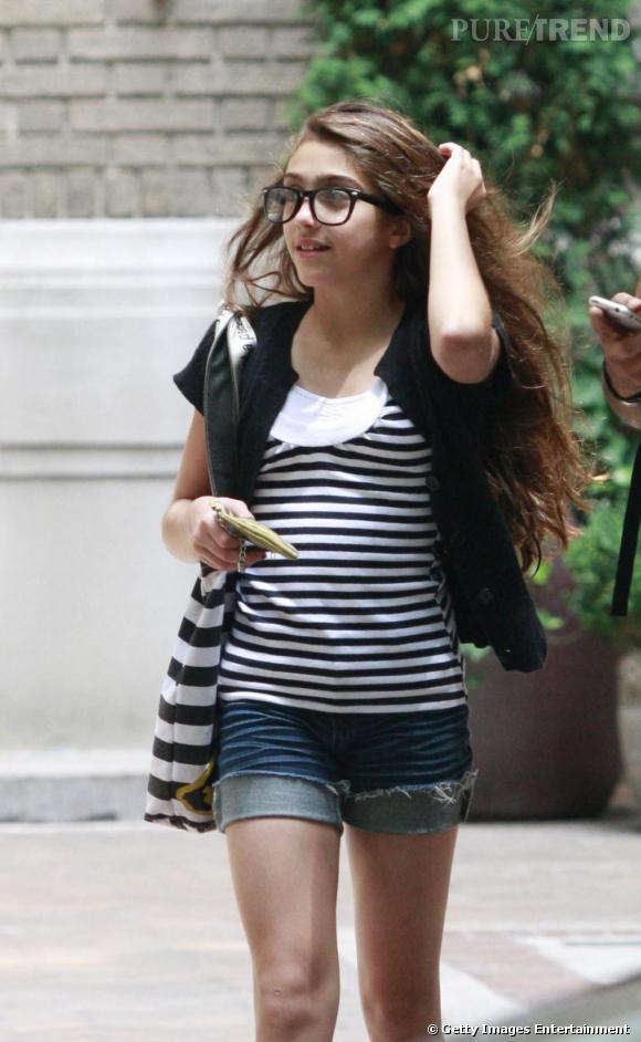 Grosses lunettes, tee shirt rayé et minishort, Lourdes ne diffère en rien des autres filles de son âge
