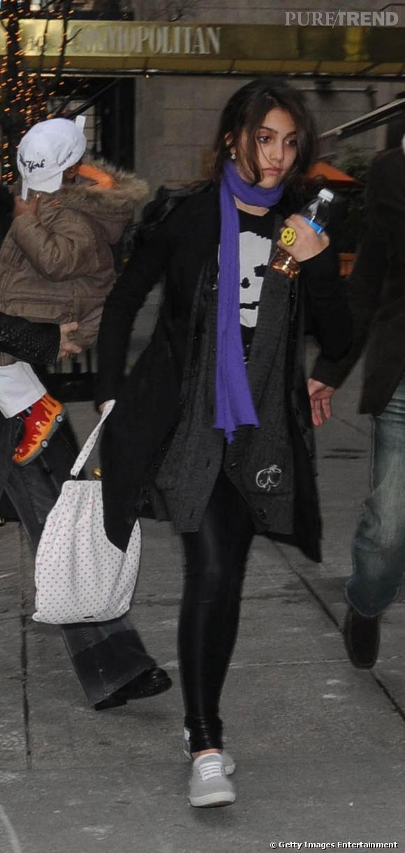"""Lourdes s'essaie à un look de """"grande"""": tregging et manteau classique. Mais n'oublie pas sa bague smiley"""
