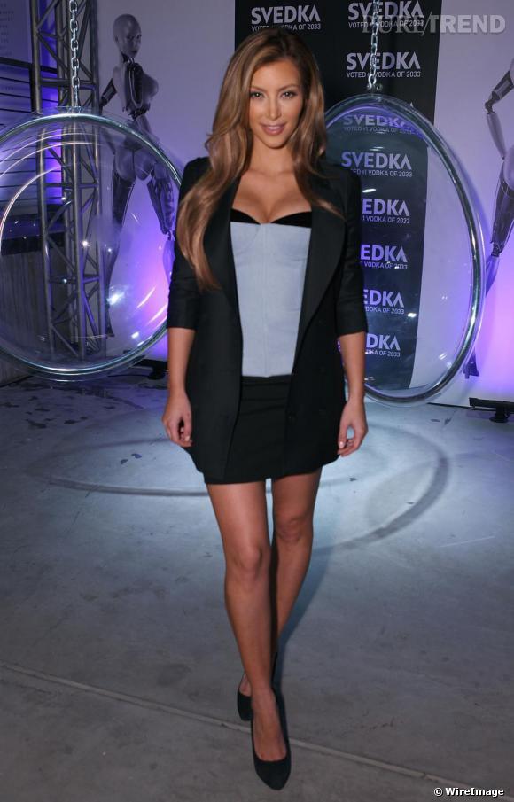 Depuis le début de l'été, Kim Kardashian tente de se créer une réputation de modeuse. Parmi sa slélection, Alexander Wang dont elle porte un top de la collection  automne-hiver 2009
