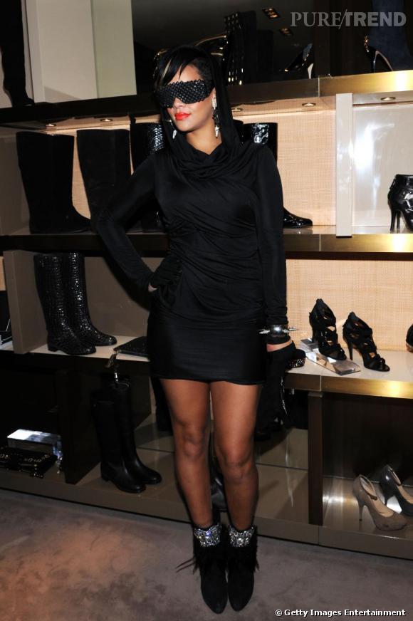 Rihanna est une grande cliente d'Alexander Wang. Robes, chaussures, vestes, tout y passe. Pour la Vogue Fashion Night, c'est donc une robe du couturier très en vogue que la chanteuse arbore.