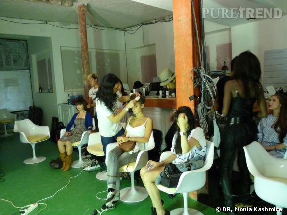 Les préparatifs maquillage et coiffure se passaient dans l'arrière salle du VIP Room. Mannequins en herbes, maquilleurs et coiffeurs se sont tous installés dans ce backstage éphémère.