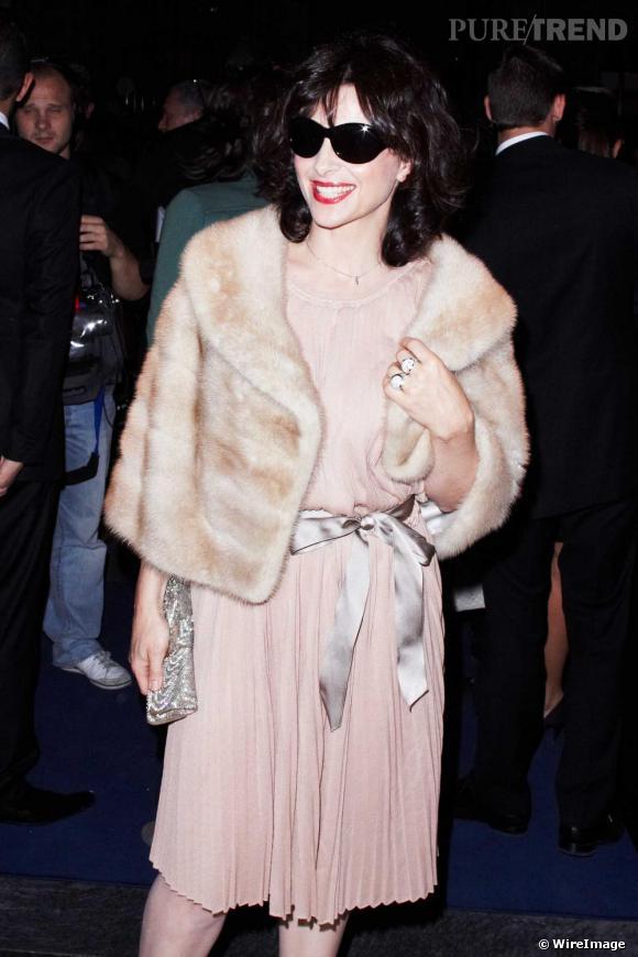 Pour l'actrice Juliette Binoche, fourrure est synonyme de glamour. Ici avec  une robe plissée rose pâle, elle fait de sa fourrure la pièce maitresse de sa tenue.