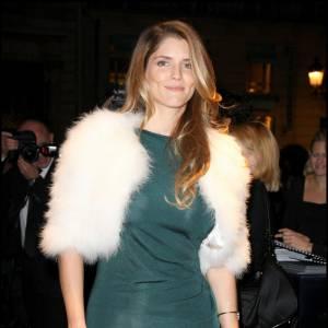 La française Alice Taglioni opte pour un gilet en fourrure blanc et ajoute ainsi une note de glamour à sa tenue.