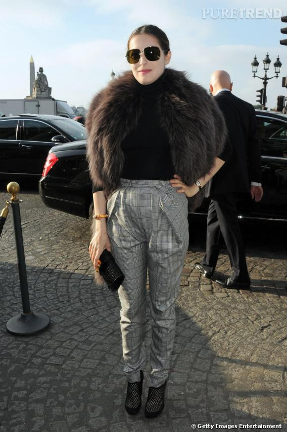 La modeuse Amira Casar n'a rien raté de la tendance de la fourrure et choisit d'arborer cette pièce pour assister au défilé Balenciaga. Avec un pantalon à carreaux taille haute et un col roulé noir, elle fait même de la fourrure la pièce phare de sa tenue qui lui aura valu un fashion succès.
