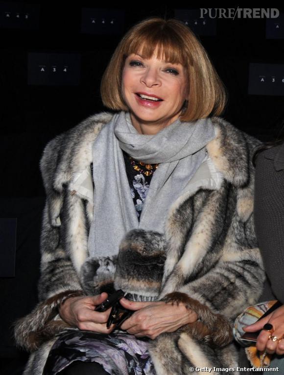 La rédactrice en chef du Vogue US Anna Wintour est une inconditionnelle de la fourrure qui ne la quitte jamais l'hiver quelque soit sa tenue.