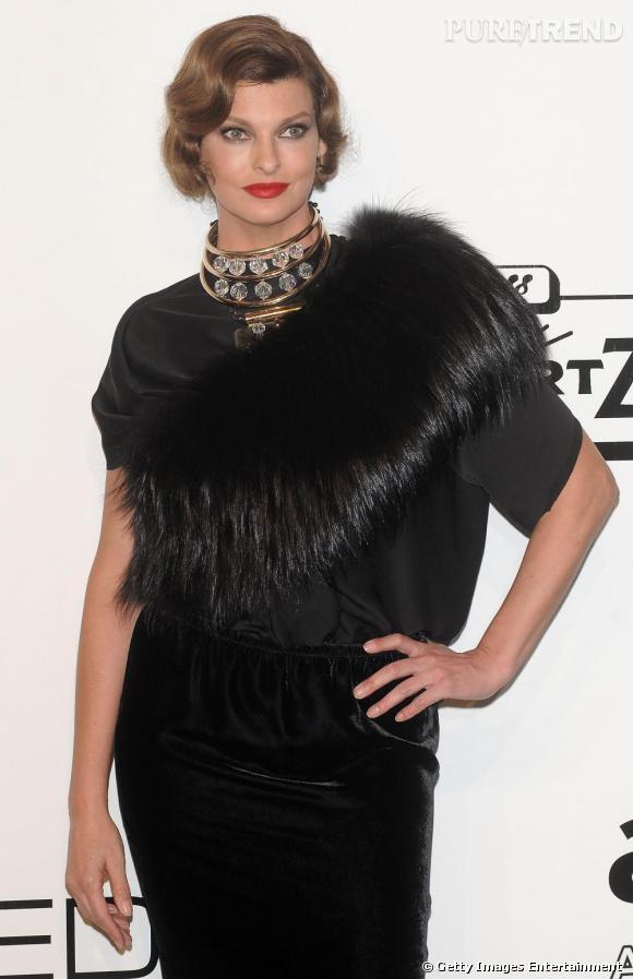 La top Linda Evangelista détourne ici le col en fourrure qu'elle porte de façon transversale. Une idée qui accessoirise sa tenue à merveille et lui donne un brin de fantaisie.
