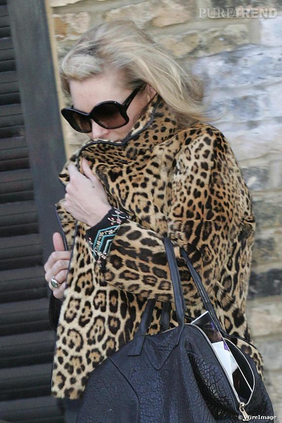 Depuis 2007, Kate Moss a fait du manteau en fourrure léopard un incontournable de son dressing. En l'associant à un jean slim ou à une mini-robe, cette fan de l'imprimé animal porte son manteau de fourrure sans limite de style.