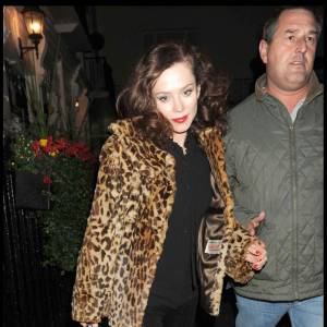 Après Kate Moss et Peaches Geldof, c'est au tour de l'actrice anglaise Anna Friel d'adopter le manteau de fourrure leopard. Une pièce qui colle à merveille avec son look rock.