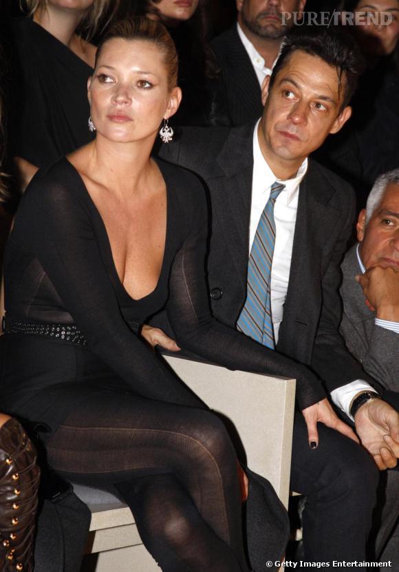 Stars du défilé Yves Saint Laurent, Kate Moss et Jamie Hince ont troqué leurs slims de rockeurs contre des tenues plus chic: jumpsuit noire et transparente surmontée d'une mini jupe pour elle, costume cravate et rétro pour lui.