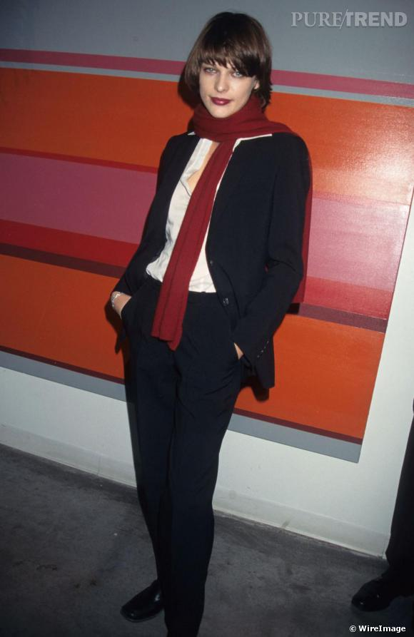 A ses débuts dans les années 90, Milla Jovovich optait pour un look très classique jouant sur les codes masculins-féminins.