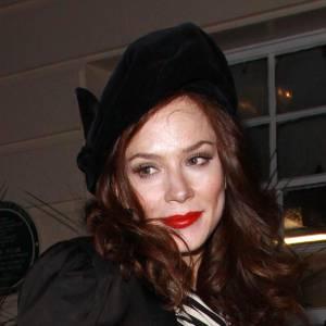 Jamais en retard sur une tendance, la jolie Anna Friel mixe marinière et bonnet à la parisienne, sur le côté. Simplement canon, notamment associé à un maquillage sophistiqué.