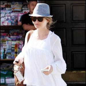 La Californienne Rebecca Gayheart est une adepte des pièces faciles à porter mais surtout à associer. Ainsi, elle combine une blouse blanche à un chapeau rayé, gris. L'association est réussi, et les larges Ray Ban bienvenues pour finir son look.