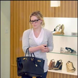 Si Hilary Duff porte des lunettes en dehors du tournage de Gossip Girl, elle les choisit larges pour donner du caractère à son look casual. Un sac Kelly Hermes, au bras s'il vous plait !