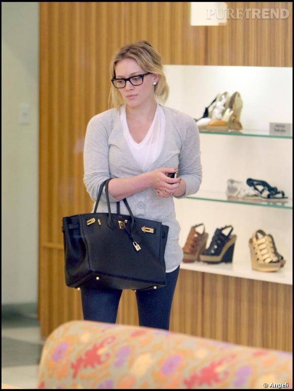 Si Hilary Duff porte des lunettes en dehors du tournage de  Gossip Girl , elle les choisit larges pour donner du caractère à son look casual. Un sac  Kelly  Hermes, au bras s'il vous plait !