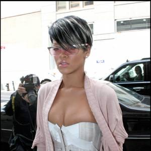 Rihanna opte ainsi pour des verres roses, assortis à son pull, et des montures métalisées qui rappellent son bustier so sexy.