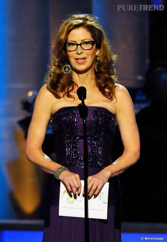 La nouvelle Desperate Housewife, Dana Delany ose des lunettes XXL avec une robe bustier glitter lors de la 61e cérémonie des Emmy Awards pour un côté branché bienvenu.