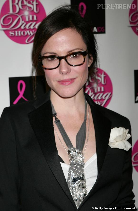 Mary-Louise Parker a mis de côté ses tenues noeud-noeud pour un look masculin-féminin ultra branché. Elle mise sur des lunettes larges et écaillées pour parfaire l'ensemble et donner un pointe de caractère à son visage doux.